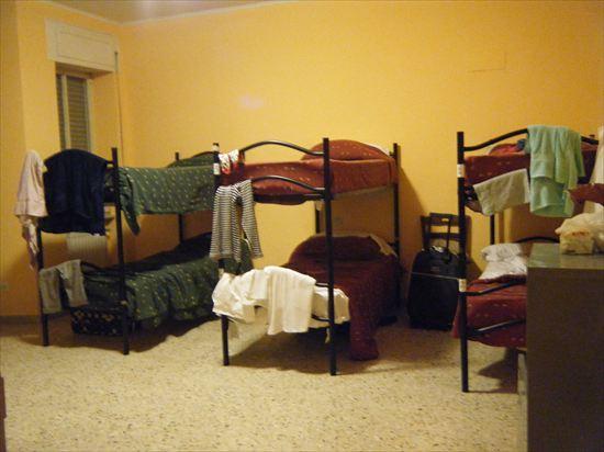 ローマの安宿で、眠れぬ夜。。もう寝かせて…!