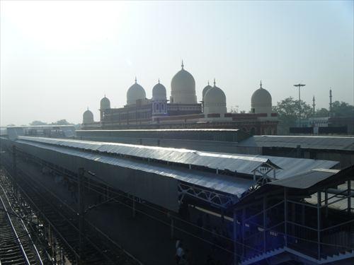 人生初野宿は、インドの見知らぬ駅で…!
