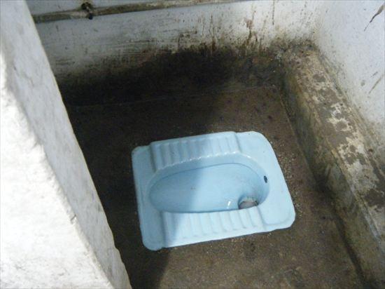 インドのトイレで寝るハメに!?