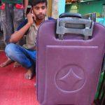 インドで壊れたスーツケースを修理してみた。