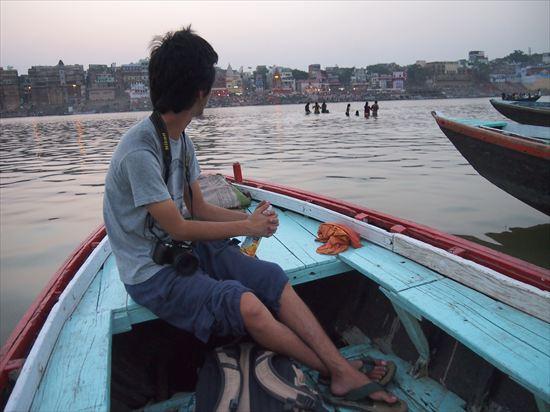 世界一周ブロガーのOGGYさんと、バラナシのボートに乗った日