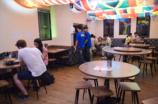 国際色あふれる天井の2階席