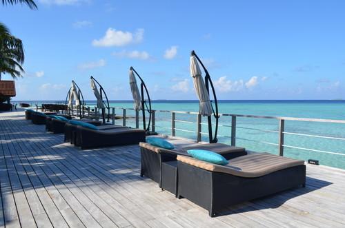 モルディブの海を眺めるベッド
