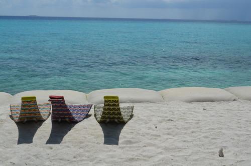 モルディブの海をのぞむイス