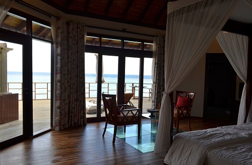 モルディブの水上コテージの窓から見える海