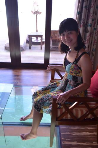 モルディブの水上コテージのガラス床に喜ぶ著者